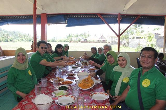 Makan siang di Rumah Makan Pak Malin dengan lauk Gulai Ikan Karang