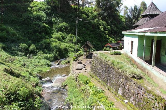 sungai kecil di sebelah masjid