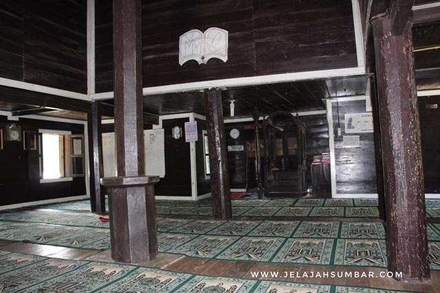 pilar yang menjadi penyangga atap masjid tuo kayu jao